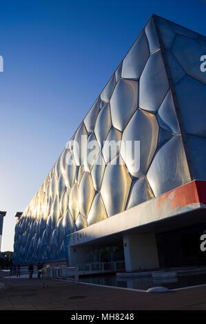 Die Pekinger National Aquatics Centre, umgangssprachlich als Water Cube bekannt, im Olympischen Park in Peking, China, fotografiert bei Sonnenuntergang. - Stockfoto