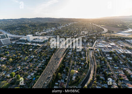 Am späten Nachmittag Luftaufnahme von Ventura 101 Freeway im San Fernando Valley Gegend von Los Angeles, Kalifornien. - Stockfoto
