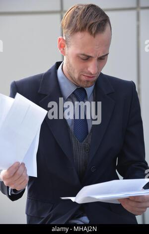 Geschäftsmann emotional Lesen von Dokumenten - Stockfoto
