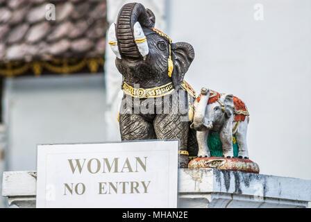 Keine Frau Eintrags und Elephant Figuren an der buddhistischen Tempel Wat Chedi Luang, Chiang Mai, Thailand Stockfoto