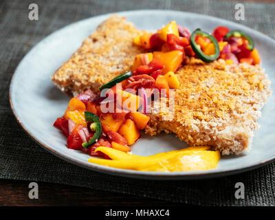 TVP Schnitzel mit einer Mango, Rhabarber Salsa - Stockfoto