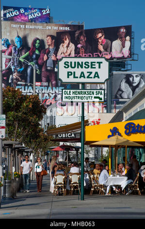 Lebhafte Cafes am Sunset Plaza Bereich des Sunset Strip in Los Angeles CA - Stockfoto