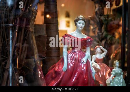 Wunderschönes Porzellan Frau kunst Figuren auf einem store Display auf der Vorderseite - Stockfoto