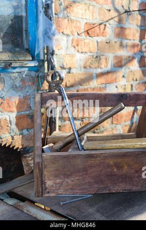 Vintage Werkzeugkasten mit Werkzeugen. Alte Holzkiste mit Tools, Bretter für die Reparatur. Tischler Toolbox. Alte Werkzeuge. - Stockfoto