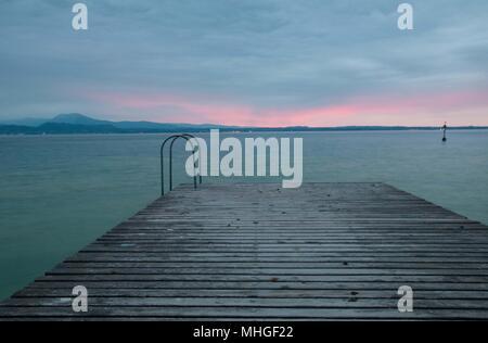 Am frühen Morgen am Gardasee Blick von einem Pier - Stockfoto