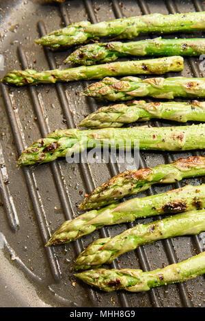 Frischer Spargel Kochen Auf Einem Bratpfanne Pfanne Stockfoto Bild