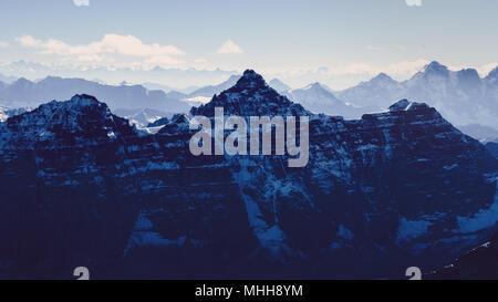 Schöne moody Berge Bereich Blick vom Mt Tempel, Rocky Mountains, Banff, Alberta, Kanada - Stockfoto