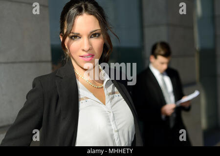 Porträt eines attraktiven Geschäftsfrau, außerhalb des Firmengebäudes. Paar arbeiten. - Stockfoto