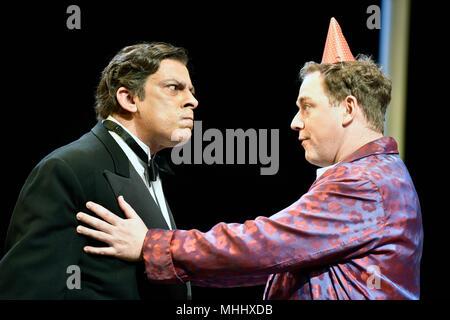 Emilio Doorgasingh (spielen Henry Lyppiatt, links) und Rufus Hound (spielen Garry Essendine) in einer Szene von Vorhanden Lachen von Noel Coward, Chicheste - Stockfoto