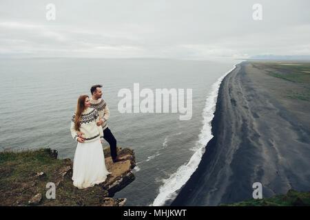 Gerne stilvolle lächelndes Paar küssen und in Island, am Tag ihrer Hochzeit. - Stockfoto