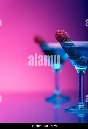 Nahaufnahme der Weingläser auf schwarzem Hintergrund Bier - Alkohol Cocktail gemischt Trinken - Stockfoto