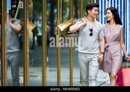 Junge Paare gehen Einkaufen Einkaufen - Stockfoto