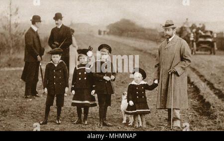 King George V (ganz rechts) (1865-1936), dargestellt mit seinen ersten vier Kinder im Land - Von links: Prinz Albert George (1895-1952) (später König George VI), Prinzessin Mary (1897-1965) (später Gräfin Harewood), Prince Edward (1894 - 1972) (später König Edward VIII.) und Prinz Heinrich (1900-1974) (später Herzog von Gloucester). Datum: 1901 - Stockfoto
