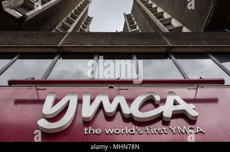 Signage außerhalb der Zentralen YMCA, Great Russell Street, London, WC1, - Stockfoto