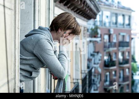 Junge attraktive unglücklich selbstmörderisch kaukasische Frau unter Depressionen leiden Gefühl verzweifelt, isoliert, wertlos auf home Balkon. Hand auf ihr Gesicht w - Stockfoto