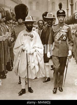 Albert, Herzog von York (1895-1952) begleitet Ras Tafari (1892-1975), der Prinz Regent von Äthiopien, die England im Juli 1924 besucht. Hier im Bild an der Victoria Station, London. Das Regent met mit König George V und der Ministerpräsident vor seiner Rückkehr nach Abessinien, aus denen wie der Kaiser Haile Selassie, der Italiener ihm zwölf Jahre später zu fahren. Die Rastafari Religion/soziale Bewegung ergibt sich aus der Vor-dem Titel von Haile Selassie. Datum: 1924 - Stockfoto