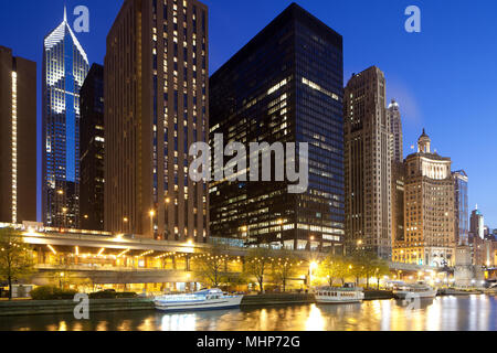 Gebäude am Chicago River shore, Chicago, Illinois, USA - Stockfoto