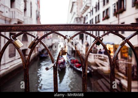 Liebhaber Vorhängeschlösser auf einer Brücke in Venedig, Italien - Stockfoto