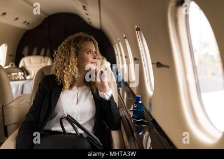 Geschäftsfrau in Private Jet Reisen - Stockfoto