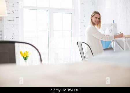 Positive weibliche couturier Notizen zu machen - Stockfoto