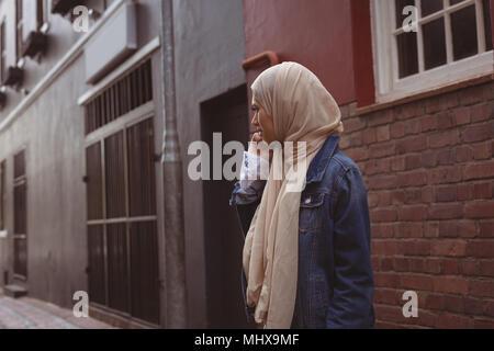 Hijab Frau Gespräch am Handy - Stockfoto