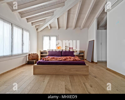 Interieur Schüsse eines modernen Schlafzimmer im Dachgeschoss Zimmer mit Bett und Decke aus Holz - Stockfoto