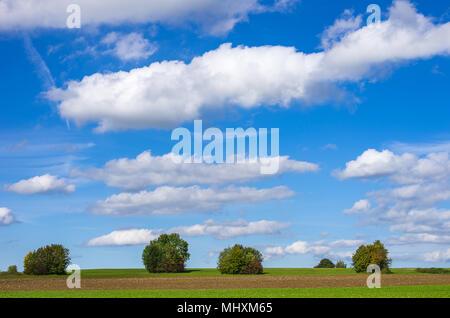 Einfache Landschaft im ländlichen Raum bei bewölktem blauen Sommerhimmel über die Schwäbische Alb, Württemberg, Deutschland. Einfache Landschaft unter blauem bewölktem Sommerhim - Stockfoto