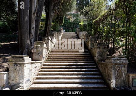 Blick entlang der Treppe des Bollori. Villa d'Este. Tivoli. Italien. Die Treppe von der Fischteiche, in Richtung der Straße der Drachen und dann fi - Stockfoto