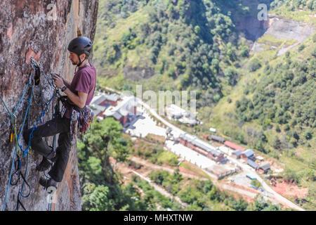 Klettergurt China : Ein kletterer tragen einen klettergurt mit rack von läufern und