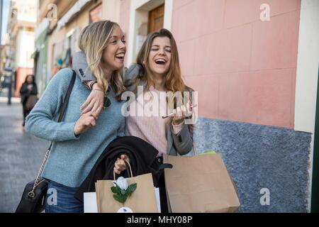 Freunde, Shopping und Lachen in der Straße - Stockfoto