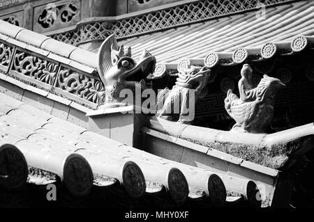 Dach Details in dem buddhistischen Tempel - Drachen und gargoyles (Kunming, Yunnan, China) - Stockfoto