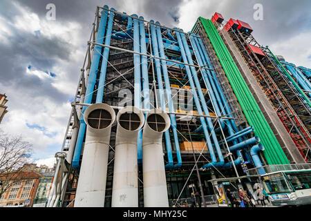 Grundfarben und freiliegende Rohrleitungen und Luftkanäle des Centre Georges Pompidou, Paris, Frankreich - Stockfoto