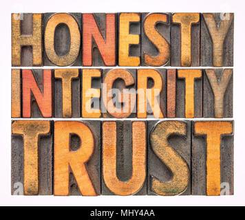 Ehrlichkeit, Integrität, Vertrauen - isolierte Wort Zusammenfassung im Vintage buchdruck Holz Bausteine vom Typ befleckt durch Farbe Tinten - Stockfoto
