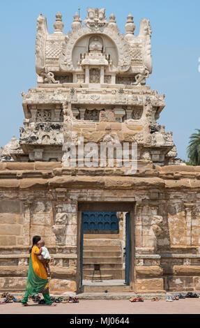 Kanchipuram, Indien - 18. März 2018: Nicht identifizierte Frau mit einem Kind in das 8. Jahrhundert Kailasanathar Tempel in Tamil Nadu Stadt - Stockfoto
