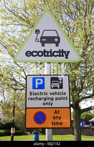 Elektrische aufladen für Fahrzeuge an der Autobahnraststätte in England, Großbritannien - Stockfoto