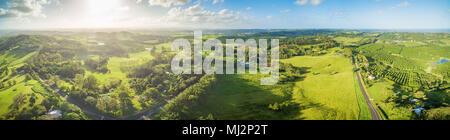 Breite Antenne Panorama der wunderschönen grünen Australische Landschaft bei Sonnenuntergang - Stockfoto