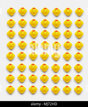 Sammlung von gelben Gummienten gut über weißen Hintergrund organisieren, oben anzeigen - Stockfoto