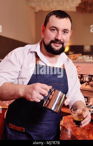 Porträt einer stattlichen Bärtigen barista Kaffee auf dem Hintergrund einer Coffee House - Stockfoto