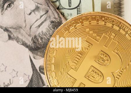 Ein bitcoin mit Papier Währung. - Stockfoto