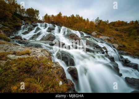Lofoten Wasserfall auf Moskenesoya, Lofoten, Norwegen - Stockfoto