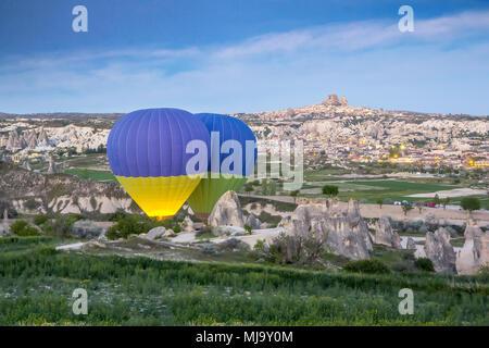 Heißluftballons am frühen Morgen starten Sie in der Morgendämmerung über dem Dorf Kayseri, Kappadokien, Türkei - Stockfoto