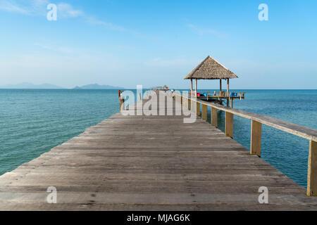 Hölzerne Pier zwischen Sonnenuntergang in Phuket, Thailand. Sommer, Reisen, Urlaub und Ferien-Konzept. - Stockfoto