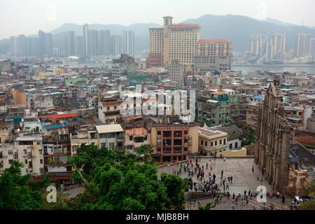 Erhöhten Blick auf die Ruinen der St. Paul Kirche und der Stadt, in Macau, der Sonderverwaltungsregion von China - Stockfoto