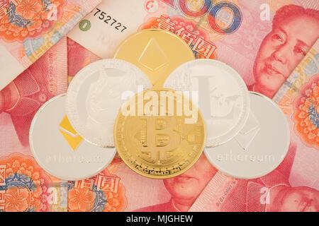 Echten cryptocurrency Münzen auf Chinesische Yuan Rechnungen - crypto Währung in China Konzept - Stockfoto