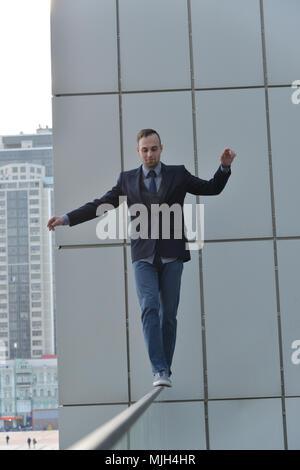 Mutige Unternehmer entlang dem Abgrund Kante - Stockfoto