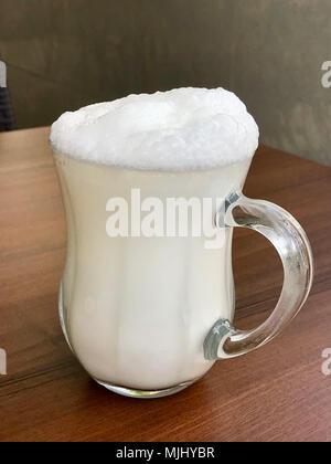 Türkische Getränk, Ayran, aus Joghurt und Wasser, beliebt in der ...