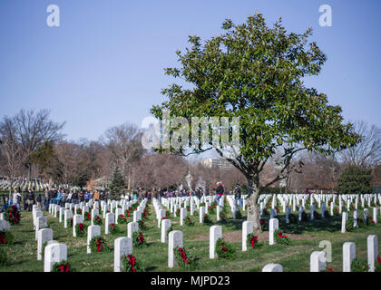 Die Teilnehmer legen Kränze auf Grabsteinen während Kränze über Amerika an den nationalen Friedhof von Arlington, Virginia. Die Teilnehmer legten 4.000 Kränze für die Gefallenen service Mitglieder. Us Navy Foto von MC2 (SW) Scott Michael Barnes (Freigegeben) 171216-N-EI 510-0002 - Stockfoto