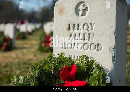 Kränze lag auf Grabsteinen während Kränze über Amerika an den nationalen Friedhof von Arlington, Virginia. Die Teilnehmer legten 4.000 Kränze für die Gefallenen service Mitglieder. Us Navy Foto von Mass Communication Specialist 2. Klasse Jackie Hart (Freigegeben) 171216-N-VC 236-0031 - Stockfoto