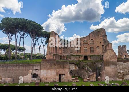Ein Foto von römischen Ruinen in Rom, Italien - Stockfoto