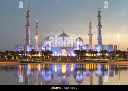 Sheikh Zayed Moschee in Abu Dhabi, Hauptstadt der Vereinigten Arabischen Emirate. Moschee ist von Italienischen weißem Marmor gebaut. Reflexion in See - Stockfoto